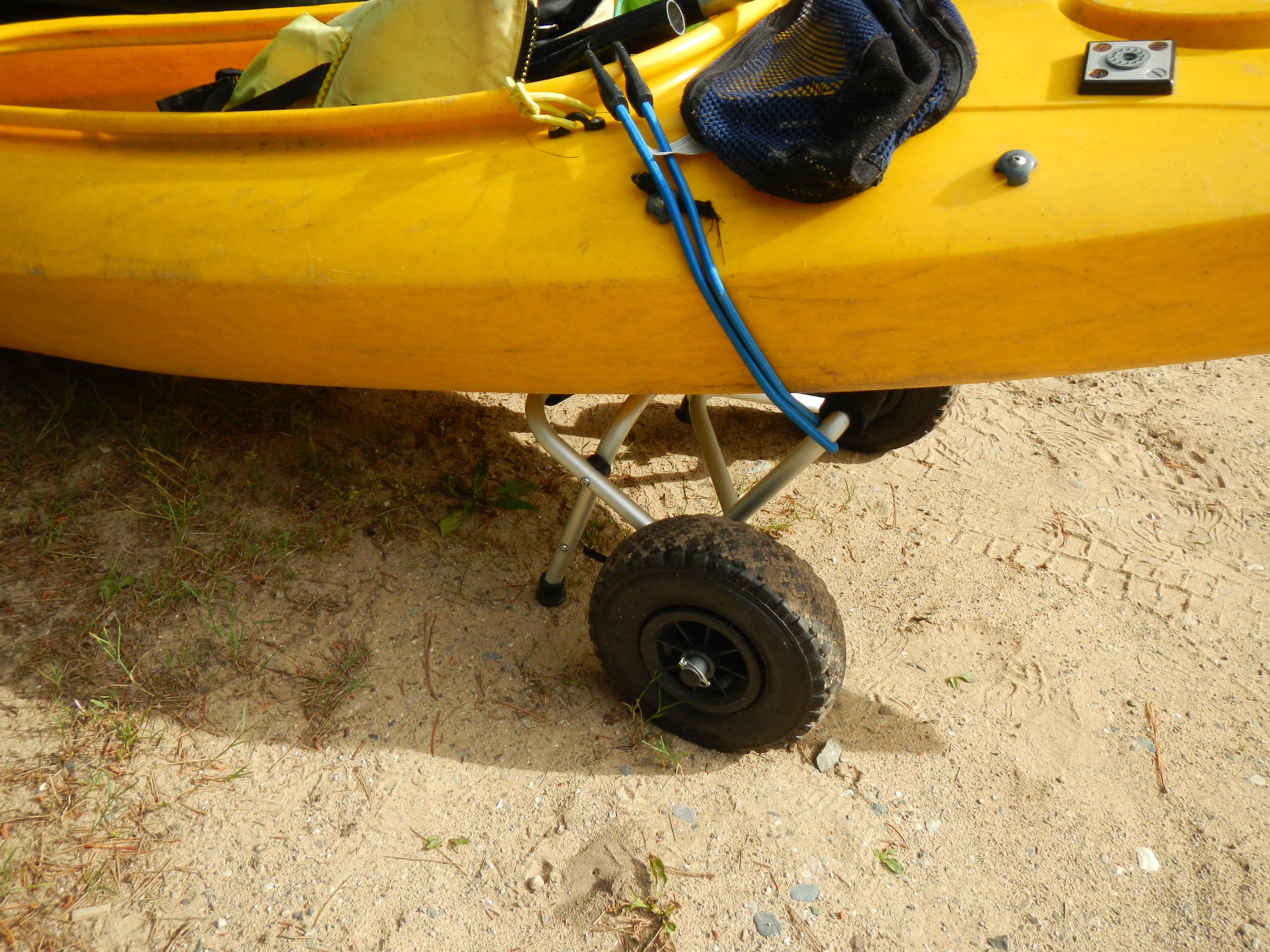 Close-up on the wheels and bungi cords - quick and easy!